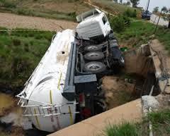 Dépollution de maréee noire à Mahitsy suite à un renversement d'un camion